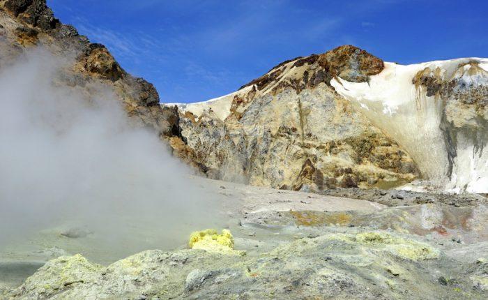 Экскурсии на Камчатке, серная фумарола в кратере Мутновского вулкана